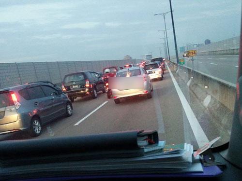 週五早上許多取道東部疏散大道上班民眾,受困在車龍中。(取自面子書)