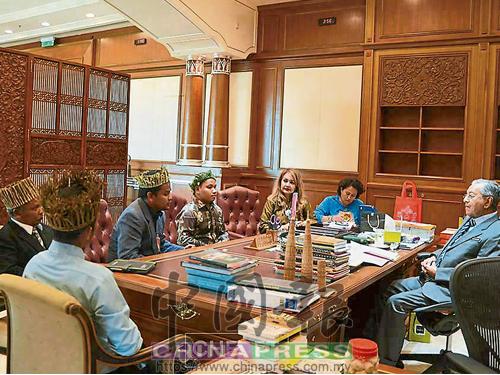 馬哈迪(右)在首相辦公廳的辦公室,與話望生原住民代表見面,瞭解他們面對的土地問題