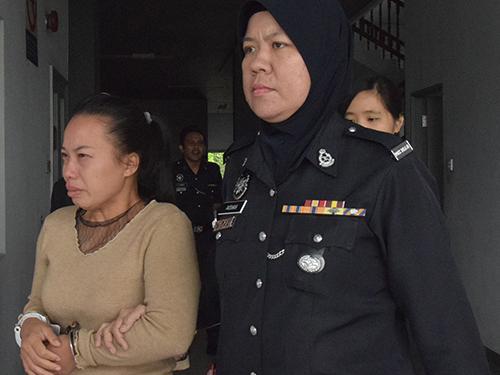 洪芝君(左)在販運毒品罪名下獲釋,哭著離開法庭。