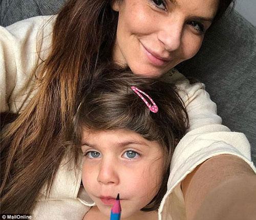 艾莉和4歲女兒比比。