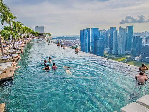 金沙無邊泳池聞名國際,美景盡收眼底。