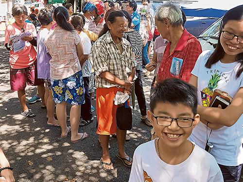 武吉峇汝新河花園小販中心外換取贈品活動,吸引男女老幼到來參與。