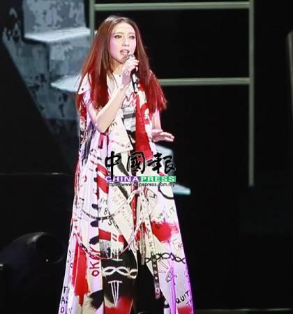 再次回馬開唱的戴佩妮,一上場便帶來演唱會同名主題曲《賊》。