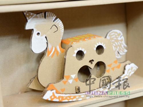 可自由塗繪的紙皮木馬。