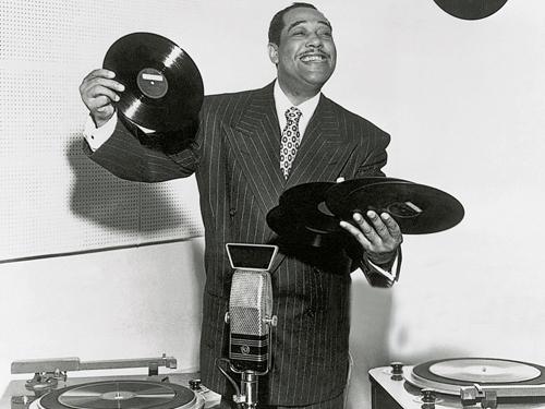 Duke Ellington、Count Basie這些大師的音樂,也是從他們演奏的舞廳、酒吧、俱樂部,經由電台傳播到美國各個城鎮,鋪設了他們四處巡迴演奏的道路。