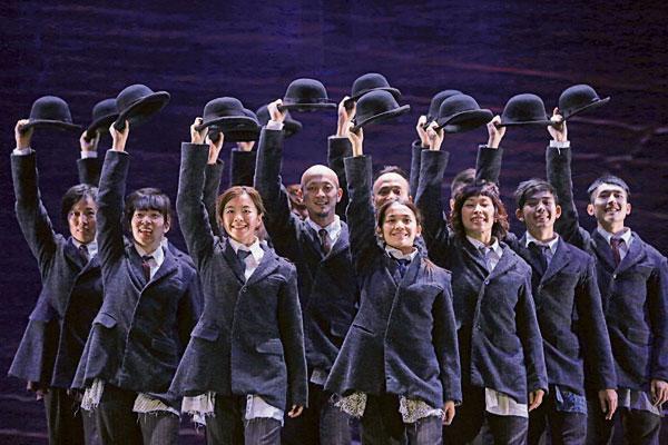"""《畸人說夢》是CCDC香港舞蹈界翹楚黎海寧編舞作品,靈感來自文學大師卡夫卡 (Franz Kafka) 的生平及經典作品《變形記》、《審判》,結合荒誕、奇情與黑色幽默,以充滿戲劇性、誇張和有趣的形式,表現出人類對於存在的不安感,並勾勒出一幕幕如霧似幻的""""真實""""場景。"""