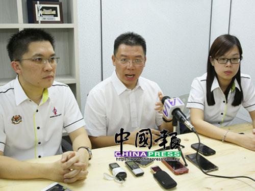 倪可敏(中)在國會公賬會副主席黃家和(左起)及希盟行動黨桂和州議員崔慈恩陪同下,召開記者會。