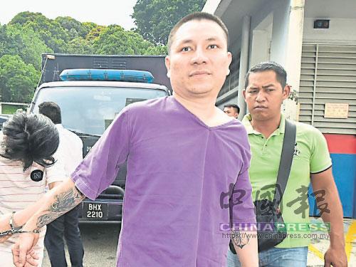 """""""新山油站殺人案""""王姓主謀嫌犯,被警方押往新山地庭。(檔案照)"""