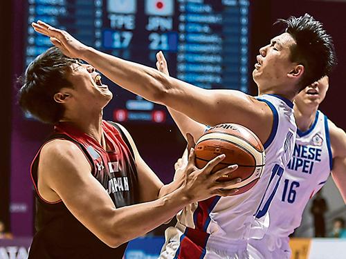 日本球員張本天傑(左)強打內線,撞飛擋在他前頭的中華台北球員胡瓏貿。(法新社)