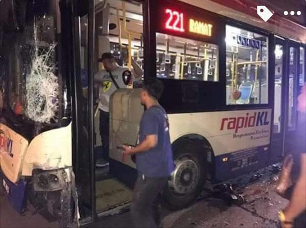 由於車禍撞擊力巨大,該輛巴士的擋風玻璃也被撞碎。