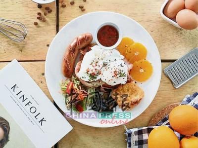 除了主食,也提供了特色早餐,經典的英式早餐,煎香腸、烘烤面包及半生熟雞蛋,再配上特製醬汁,香橙酸味有效解去油膩,既溫飽又滋味。