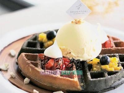 """""""鴛鴦""""Waffle混搭了原味和黑炭,再加上各種新鮮的草莓、芒果和雪糕,賣相討喜,非常誘人。"""