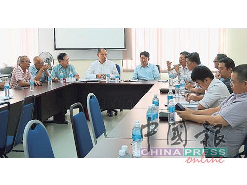 吉州行政議員黃思敏(左5起)和陳國耀,與吉州董聯會成員商討立特別工作小組,了解和解決華校問題。(檔案照)