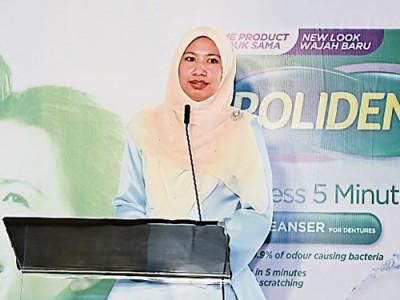 馬來西亞國民大學牙科系高級講師兼假牙修復專家娜塔莎醫生,提醒人們護理假牙的重要性。