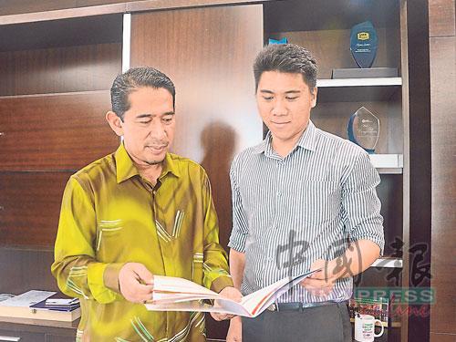 占里尤索夫(左起)與特別助理陳毅翰,商討吉打州水務問題。