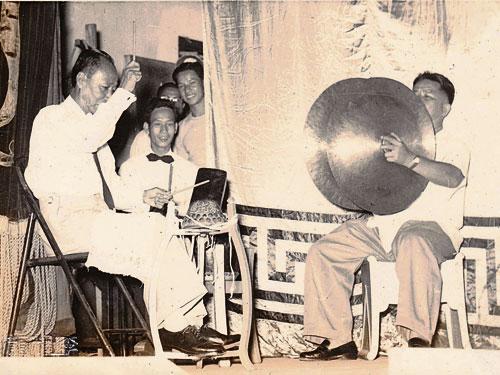 大戲一開場,後場的鑼鼓和敲擊鏗鏘響徹,是早期召喚群眾前來看戲的擴音器!