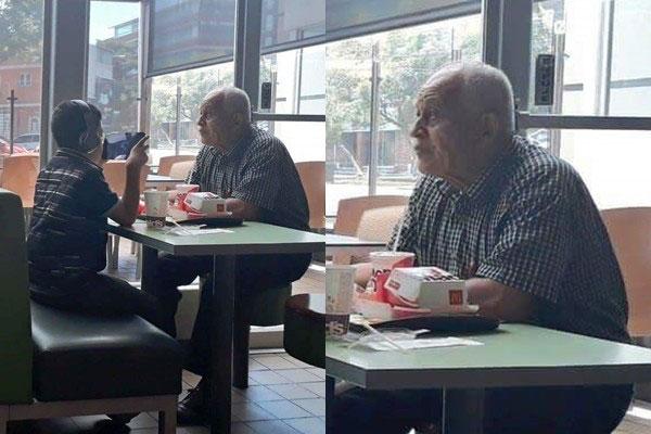 老爺爺帶著孫子去吃麥當勞,孫子卻戴上耳機,完全不顧爺爺。