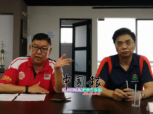 拿督李銀芳(左)與謝鐵文向媒體發宣布元首杯改制的消息。(攝影:葉紹榮)
