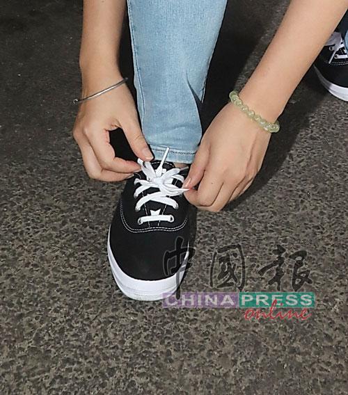 王詩棋選擇黑色帆布鞋是避免弄骯髒。