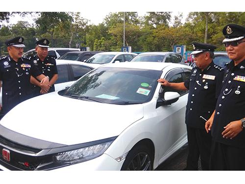 莫哈末卡馬魯丁(左起)、諾拉占,展示警方所起獲的失車。右起為佐基里及卡馬魯丁。