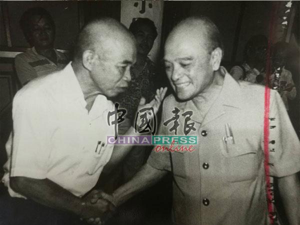 著名的華教鬥士陸庭諭也是教總副主席(左),對甲州屬教育局委派不諳華文教師到華校擔任行政職位抗議到底;右為沈慕羽。