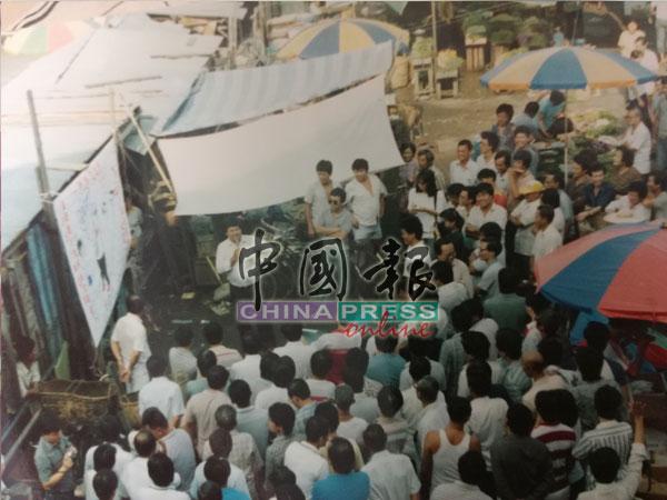 大批華教鬥士上街頭進行抗議,拒絕讓不諳華文者擔任華文教師。