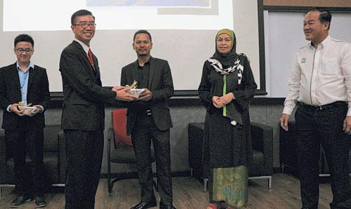 英迪國際大學高級講師兼課程主任陳兆璋博士,頒發感謝禮品予Zamri Ismail建築師(左三),左為Eric Lee;右起為拿督鄭榮和與Wan Maimun教授。