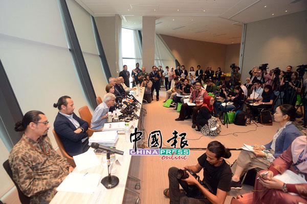 達因(左3)召開資政理事會記者會,吸引大批國內外媒體採訪。
