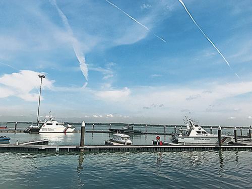 這兒望過去,對面就是新加坡,我甚至可以清晰地看到新加坡樟宜機場的飛機升降,以及飛機在藍天白雲間留下的行駛痕跡。