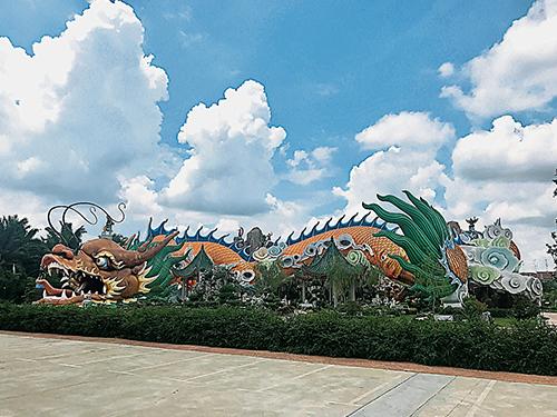 永平德教會紫安閣的祥龍,龍身全長351尺,龍身能同時容納千人入內參觀。據說從龍頭入內走一圈能夠轉運。