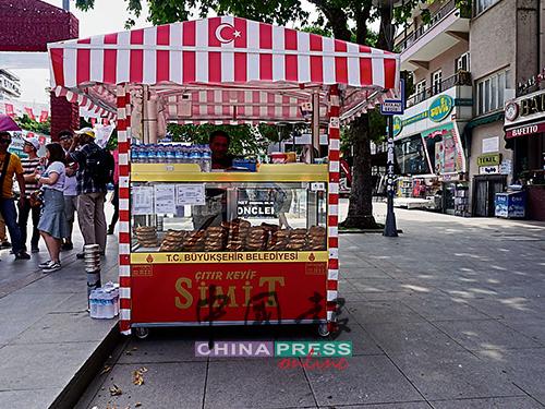 在伊斯坦布爾的街頭巷尾,都可以看到紅色的小推車,販賣著土耳其人日常愛食用的simit麵包。
