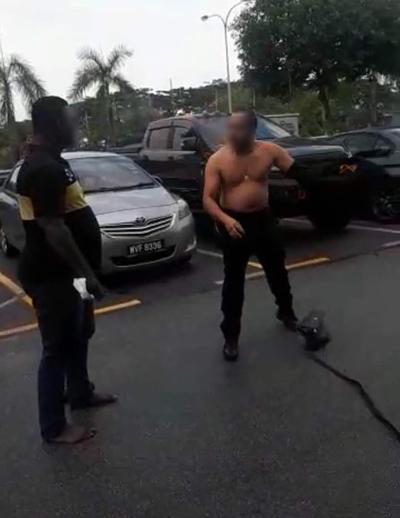 車主胞兄隨後被拖車員出言挑釁,惱羞成怒,立即脫掉上衣,對他拳打腳踢。