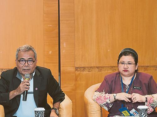 莫哈末里祖安(左)在記者會上透露他的訪華行程成果,右為婉蘇拉雅。