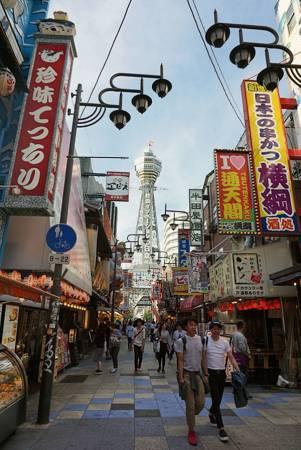 通天閣,也稱為新世界中央電視台,周圍的街道都有濃濃關西傳統的氛圍。