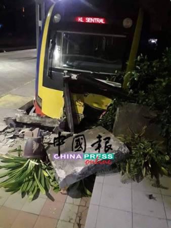 电动火车司机疑忘了拉手煞车,导致火车失控撞击车站月台。