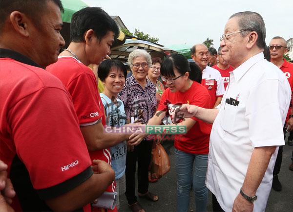 王詩棋(右2)友善地向無拉港選民自我介紹,期許獲得當地選民的支持;右為林吉祥。