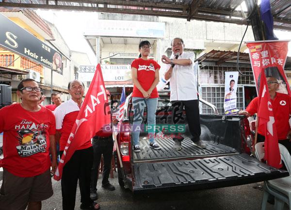林吉祥(右起)為王詩棋助選時,也發表政治演講。