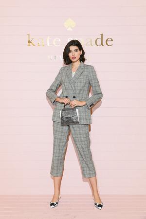 擁有精緻豐富材質面料,是本系列一大特色。輕盈有彈性的羊毛條紋西服套裝,既可以整套穿著,也可以分開配搭,精美設計引人注目。