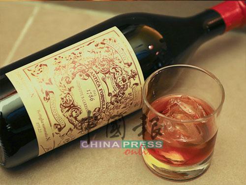 把Antica Formula苦艾酒放入冰塊中慢慢品嚐,一點都不比品威士忌遜色。