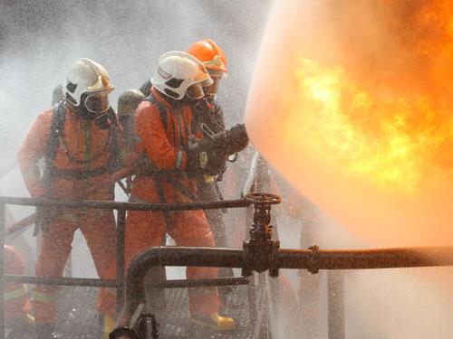 消防員在高危的環境下,要處變不驚,堅持救人。