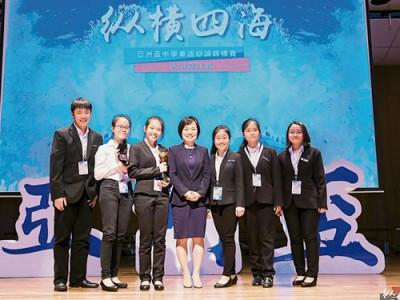 八打靈公教中學辯論隊在亞洲杯奪冠后全體合照。