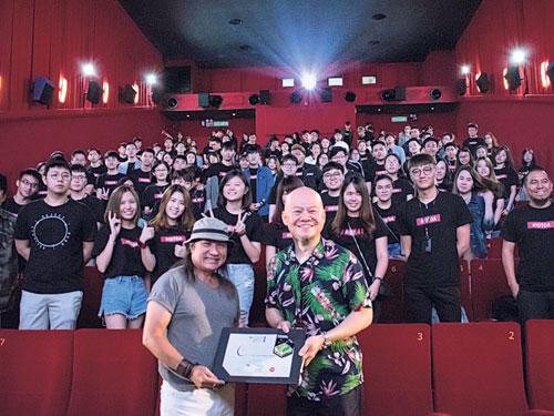 室內設計專家Desmond Ho(左)接領The One室內建築與設計系主任梁國銘博士頒發感謝證書。