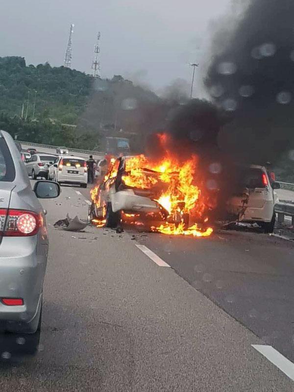 女子在大道上駕車途中,失控猛撞前方轎車後起火,嚇壞其它道路駕駛者。
