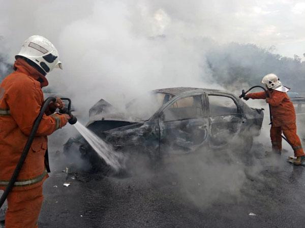 受召到場的消拯員展開撲滅行動,成功在1小時內撲滅火勢。