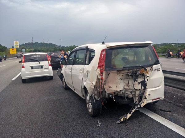 被撞的轎車車尾起火,所幸及時被撲滅,沒有造成更大的損失。