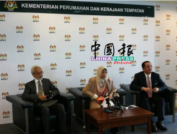 祖萊達(中)透露,她被指示召開跨部門會議,討論森林城市項目房地產禁售外國人的問題。左起是拉惹峇林與莫哈末曼德。