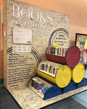 設立在輕快鐵站的「移動書籍」活動,為這人來人往的地方增加文藝氣息。