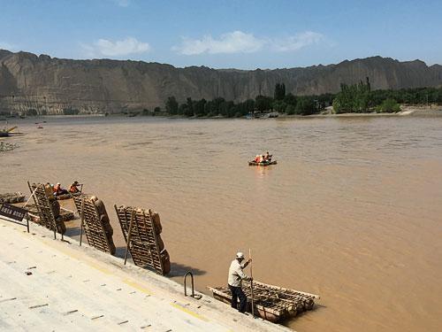 在古絲綢之路的來往中,黃河是一個繞不過的天塹,而這羊皮筏子就是兩岸必不可少的交通工具。現在,我們也可以嘗試乘坐古老的船具。