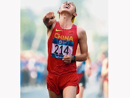"""中國""""神行太保""""王凱華稱霸男子20公里競走。(法新社)"""