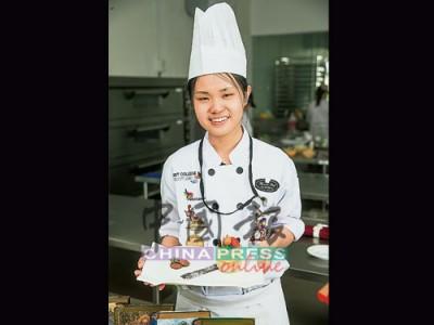 ★陈韦敏‧18岁 ★来自雪兰莪士拉央 ★就读Famous Chef Professional Baking & Culinary Academy ★修读烘焙与糕点艺术专业文凭课程(Diploma in Baking & Confectionery Art ) ★示范作品:香蕉索非亚(Banana sofia)